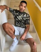 ASOS DESIGN - Tætsiddende strikket t-shirt med rullekrave og blad-design-Grøn