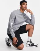 Lyle & Scott - Sweatshirt med mærke på ærmet og rund hals i grå